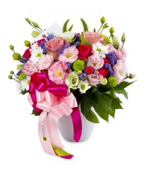 Կոմպոզիցիա «Օտտավա» վարդերով և լիզիանտուսներով