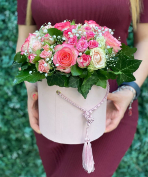 Կոմպոզիցիա «Լվով» վարդերով և գիպսոֆիլիաներով