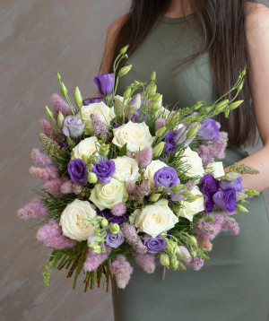 """Bouquet """"Partana"""" with roses and lisianthus"""
