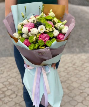 Bouquet `Tripi` with roses and lisianthus