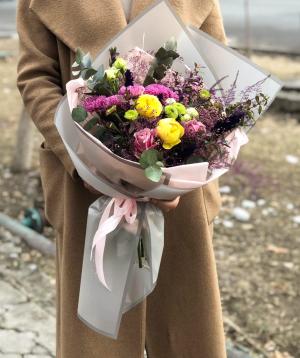 Ծաղկեփունջ  «Պոլոկվանե» պիոնա վարդերով և քրիզանթեմներով