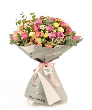 Ծաղկեփունջ «Հուրգատա» վարդերով և գիպսոֆիլիաներով