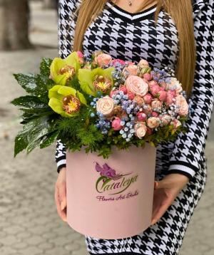 Arrangement `Rubio` with spray roses and gypsophilias