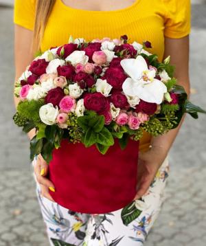 Կոմպոզիցիա «Դանիդին» վարդերով և խոլորձներով
