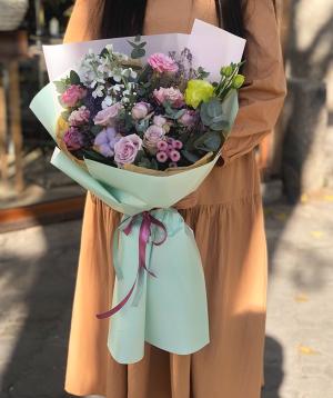 Ծաղկեփունջ «Ալպիրսբախ» վարդերով և քրիզանթեմներով