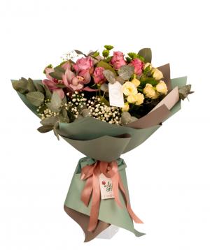 Ծաղկեփունջ «Լիտիա» վարդերով, քրիզանթեմներով և ալտրոմերիաներով