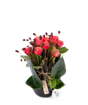 Կոմպոզիցիա «Լանուս» վարդերով և դաշտային ծաղիկներով
