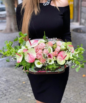 Arrangement `Melon` with roses and lisianthus