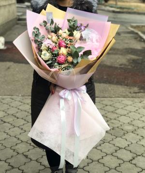 Ծաղկեփունջ  «Բենոնի»  վարդերով և քրիզանթեմներով