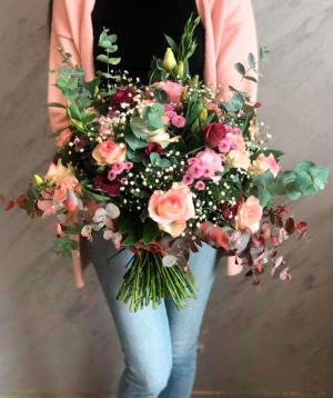Ծաղկեփունջ «Դիֆերդանգ» վարդերով և քրիզանթեմներով