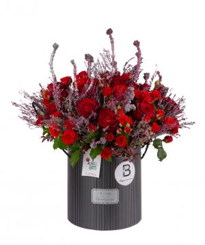 Կոմպոզիցիա «Սկիո» վարդերով և չորածաղիկներով