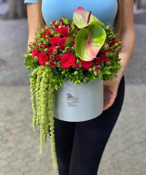 Կոմպոզիցիա «Կավալիա» փնջային վարդերով և անթորիումներով