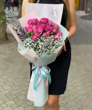Ծաղկեփունջ «Մարտորել» փնջային վարդերով և գիպսոֆիլիաներով