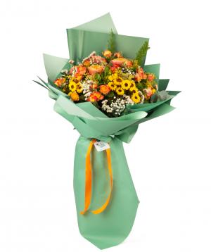 Ծաղկեփունջ «Քեյփ Թաուն» վարդերով, քրիզանթեմներով և գիպսոֆիլիաներով