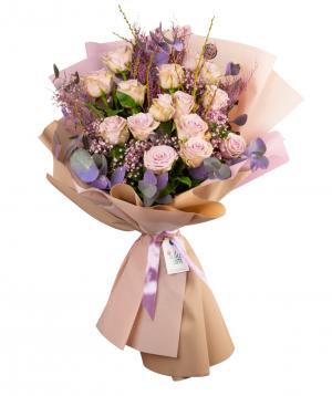 Ծաղկեփունջ «Վայթսբուրգ» վարդերով և չորածաղիկներով