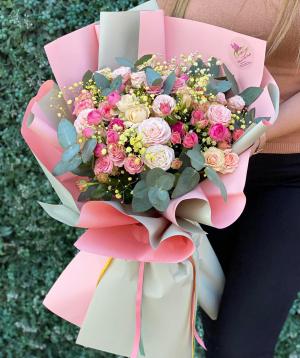 Ծաղկեփունջ  «Աֆրասիաբ»  վարդերով և գիպսոֆիլիաներով
