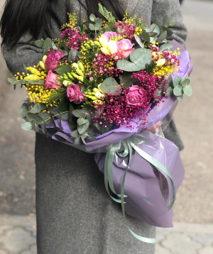 Ծաղկեփունջ  «Բադենաս»  ֆրեզիաներով և վարդերով