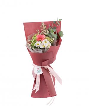 Ծաղկեփունջ «Հերեֆորդ» քրիզանթեմներով, հերբերայով, դաշտային ծաղիկներով