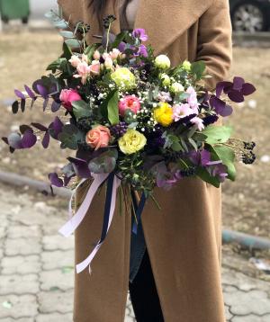 Ծաղկեփունջ  «Գաբորոնե» պիոնա վարդերով և քրիզանթեմներով