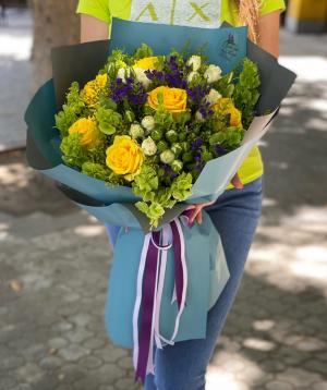 Ծաղկեփունջ «Կասպերիա» վարդերով և լիմոնիումներով