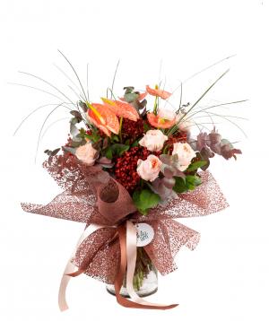 Ծաղկեփունջ «Պոլոցկ» վարդերով, անթորիումով, չորածաղիկով