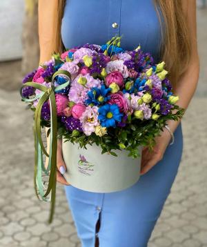 Կոմպոզիցիա «Պալիարա» պիոն վարդերով և լիզիանտուսներով
