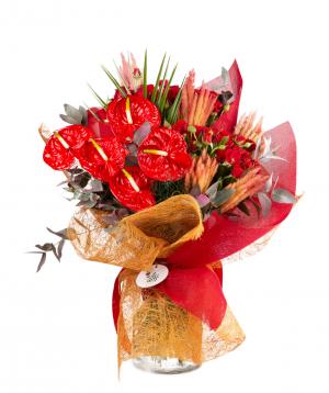 Ծաղկեփունջ «Ստոլին» վարդերով, անթորիումով, չորածաղիկով