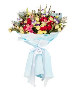 Ծաղկեփունջ «Blue fligh» վարդերով, փնջային վարդերով, լիզիանտուսներով և չորածաղիկներով