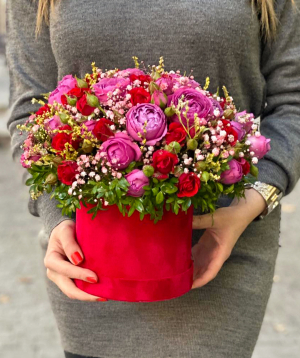Կոմպոզիցիա «Մալե» վարդերով և գիպսոֆիլիաներով