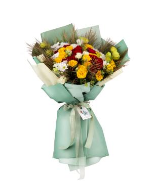 Ծաղկեփունջ «Ռեյգան» վարդերով, փնջային վարդերով, լիզիանտուսներով և քրիզանթեմներով