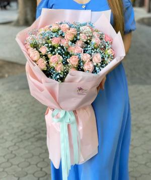 Ծաղկեփունջ «Մատելիկա» փնջային վարդերով և գիպսֆիլիաներով