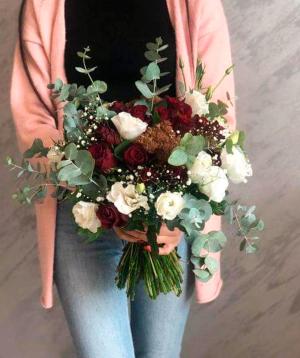 Ծաղկեփունջ «Վելինգտոն» վարդերով և լիզիանտուսներով