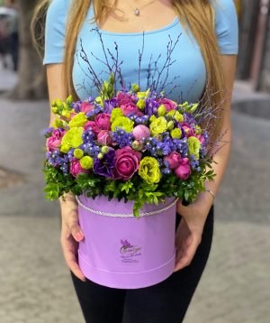 Կոմպոզիցիա «Կաստելմոլա» պիոն վարդերով և լիզիանտուսներով