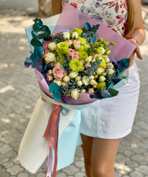 Bouquet `Trezivio` with spray roses and lisianthus