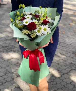 Ծաղկեփունջ «Սալդուս» քրիզանթեմներով և վարդերով